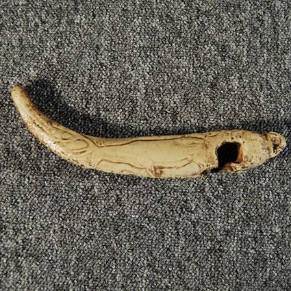 Bastón perforado con grabado de ciervo