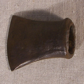Hacha de hierro con embocadura